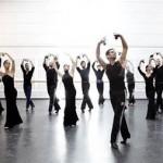 Afectados por el Parkinson y bailarines del Ballet Nacional de España danzando juntos contra la enfermedad
