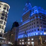 Telefónica ilumina el edificio histórico de Gran Vía para concienciar sobre el autismo