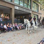 Los caballos de la Policía Nacional visitan a los mayores de Fundomar