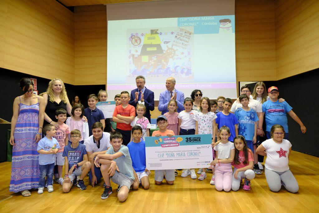 Imbroda entrega el premio de finalista del Concurso Escolar del Grupo Social ONCE  al colegio de Educación Especial 'Doña María Coronel' de Aguilar de la Frontera