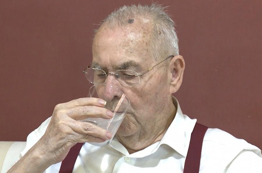 Más de 5.000 personas mayores reciben recomendaciones para mantener una adecuada hidratación durante el verano