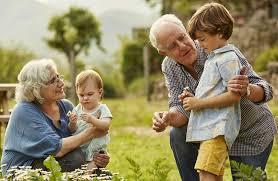 Los españoles reconocen el papel de los abuelos: un 66% cree que su rol es cada vez más importante para las familias