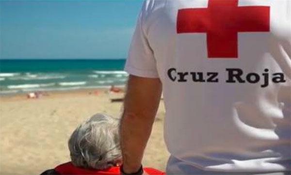 Cruz Roja presta su servicio de baño adaptado en más de 60 playas españolas