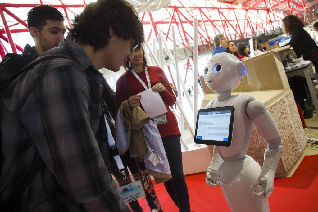 PACA y TEO, los robots inteligentes que atienden a los asistentes al Congreso de Tecnología y Turismo