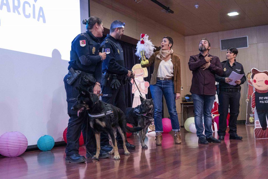 Fundación ONCE presenta ante un grupo de escolares 'Pablo García Policía', título de su colección 'Cuentos que contagian ilusión'