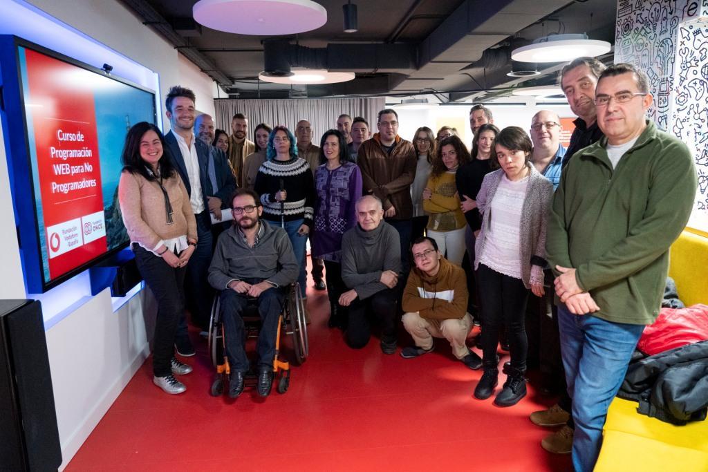 Fundación ONCE y Fundación Vodafone forman a medio centenar de personas con discapacidad en programación web