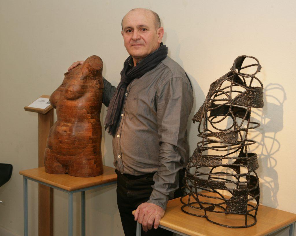 El escultor Tomás García Redondo invita a 'Buscar y encontrar', en su exposición en el Museo Tiflológico de la ONCE