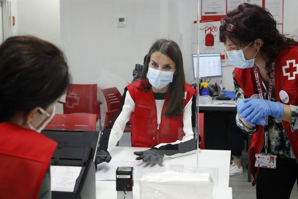 S. M. La Reina conoce de primera mano la actividad diaria del Plan Cruz Roja RESPONDE frente al COVID-19