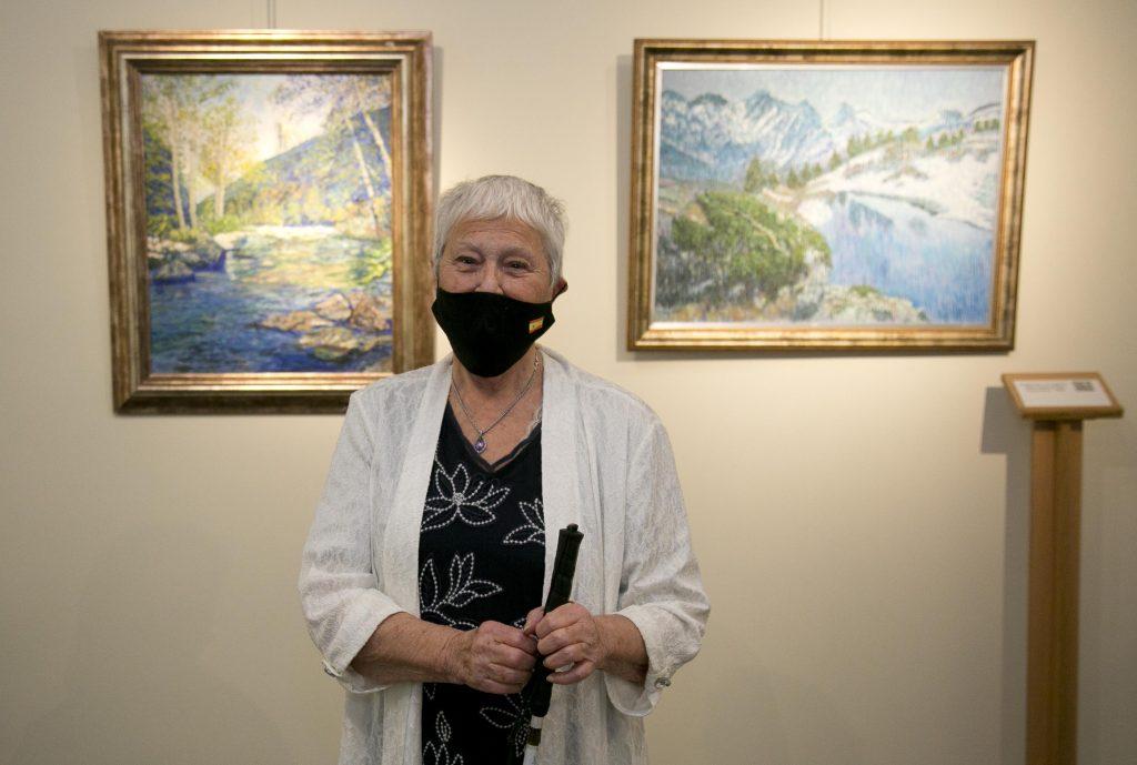 La pintora con discapacidad visual Cristina Gutiérrez Lafuerza muestra cómo 'El mar da vida a mis paisajes', en el Museo Tiflológico de la ONCE