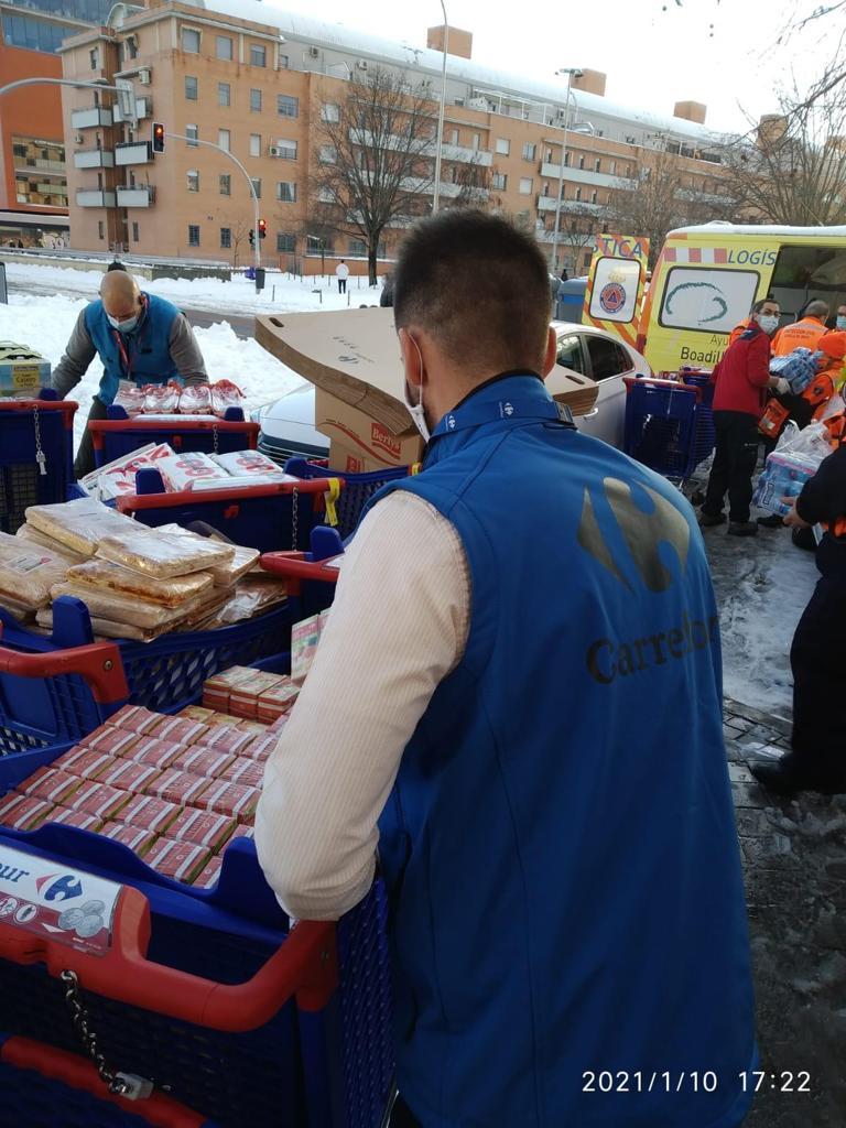 Carrefour activa su dispositivo de emergencias de la mano de Cruz Roja para asistir a 1.700 personas afectadas por la intensa nevada que asola la Comunidad de Madrid