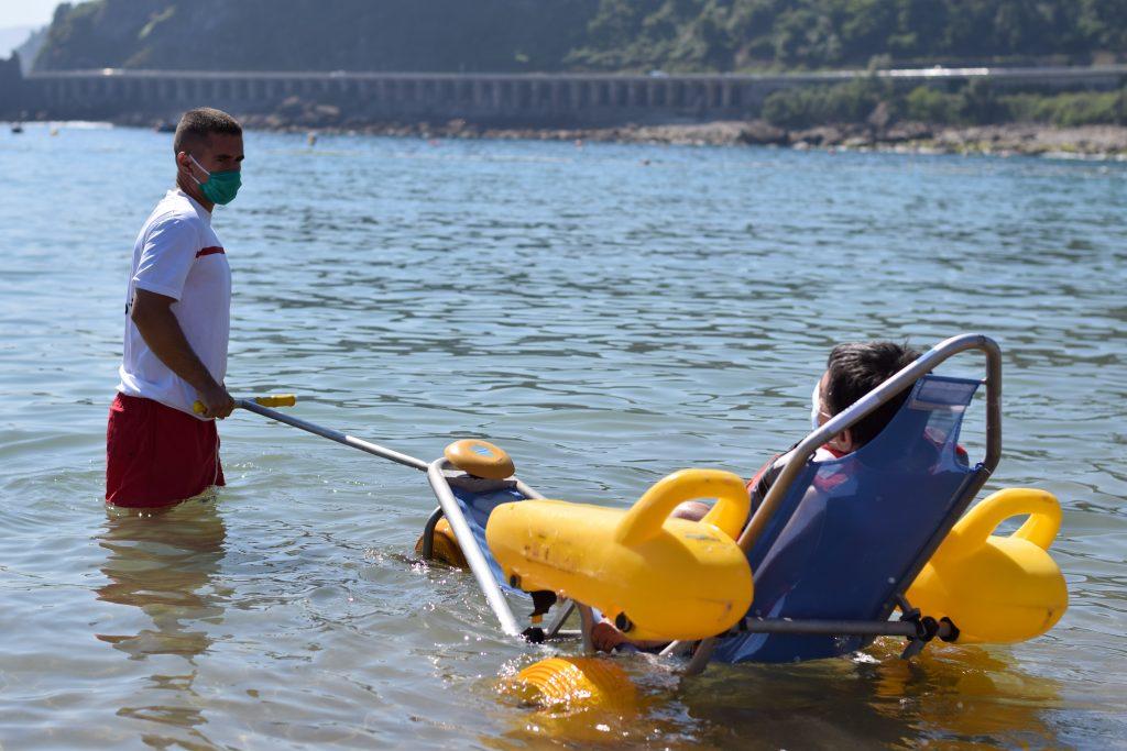 Fundación AXA y Cruz Roja facilitan el disfrute de la playa para las personas con discapacidad y sus familias